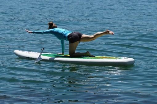 Femme qui fait du stand up paddle